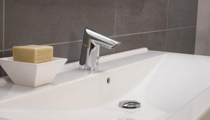 Бесконтактный смеситель для раковины в ванной