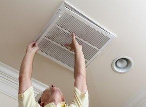 Чтобы избавиться от конденсата на бачке унитаза, нужно проверить и прочистить вентиляцию