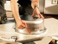 Для установки врезной мойки на кухне в столешнице нужно выпилить точное по размерам отверстие
