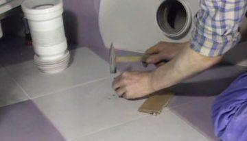 Как бережно установить унитаз на плитку?