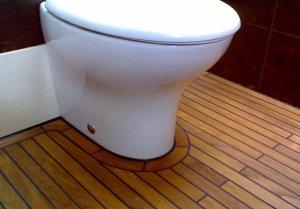 Как безопасно установить унитаз на деревянных полах?