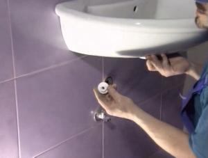 Как самостоятельно установить умывальник в ванной комнате?