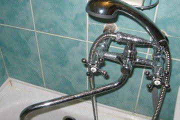 Какой смеситель выбрать и как его установить для ванной с душем?