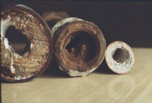 Конденсат на бачке унитаза может привести к появлению ржавчины на трубах