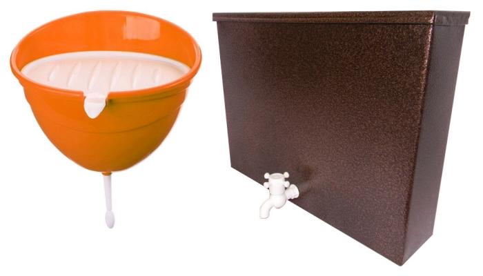 Обычный пластиковый и большой металлический рукомойники для дачи