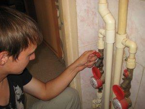 Перед установкой смесителя на кухне необходимо отключить воду