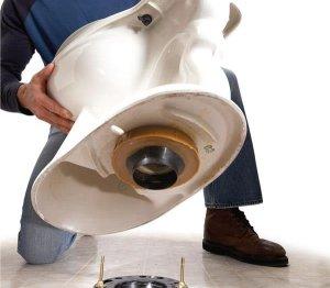 После того, как установка унитаза завершена и он соединен с канализацией, нужно проверить герметичность соединения
