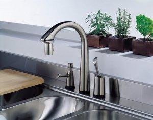 Смеситель для кухни может быть укреплен в столешнице, мойке или стене
