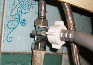 Техника подключения стиральной машины к водопроводу через железные трубы