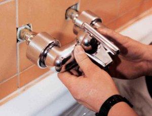 Установка плафонов и корпуса смесителя в ванную комнату