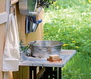 В качестве слива для рукомойника для дачи можно использовать простое ведро