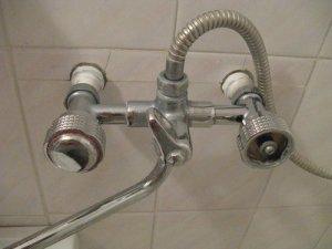 В последнюю очередь при установке смесителя в ванную прикручиваем шланг и лейку душа