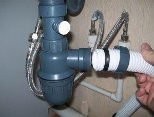Вставление трубки слива в корпус перелива - один из шагов установки ванны