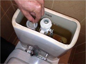Для ремонта сливного механизма бачка унитаза следует открыть крышку и изучить состояние арматуры