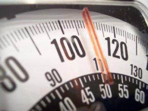 Какой вес может быть у унитаза с бачком в зависимости от материала изготовления?