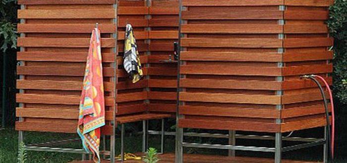 Красивый деревянный душ для дачи на улице