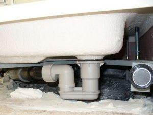 Подключение душевой кабины к канализации выполняется до ее полной установки