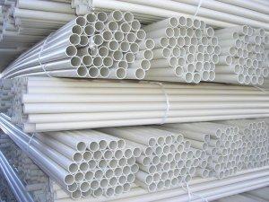 При хранении ПВХ труб для водопровода нужно следить за их целостностью