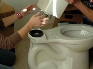 Причиной протекания воды из бачка унитаза может быть неисправность прокладки