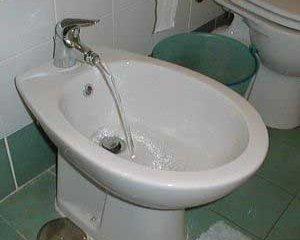 Что делать, если вместо холодной воды течет горячая из-за неисправности биде?