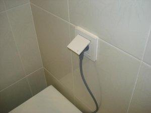 Электронные унитазы вместе с биде нужно подключать к электричеству