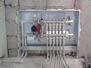 Встроенный в стену коллектор для водяного теплого пола