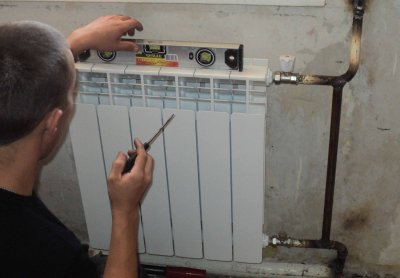 Сборка и крепление радиатора отопления на кронштейны
